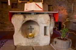 altare in pietra della cappellina, prima chiesa di Bose